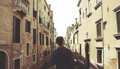 Италия изобилует разнообразными диалектами и наречиями, хотя единственным официальным и государственным языком в ней является итальянский. Несмотря на сильное влияние иностранных языков, которое с каждым годом только увеличивается, в вопросе о языковом многообразии Италия остаётся одной из самых уникальных стран мира. Региональные языки Региональные языки – это языки, которые для государства являются иностранными, но в отдельных его субъектах имеют официальный статус. Главными иностранными языками в Италии являются английский, французский, испанский и немецкий. Так, согласно статистике, составленной летом 2020 года, свободно владеют английским языком и активно говорят на нём 35 % итальянцев. Так что англоговорящие либо владеющие английским языком туристы могут без затруднений путешествовать по Италии даже без знания ее официального языка – итальянского. Второй распространённый в Италии региональный язык – французский. Он не столь популярен, как английский: его используют 17 % жителей Италии. Чаще всего франкоговорящих людей можно встретить в регионах, расположенных ближе к итальяно-французской границе. Среди таких областей – Валле-д'Аоста, расположенная на северо-западе Италии. Стоит отметить, что английский и французский – единственные языки, которые итальянские туристические компании активно используют в своей профессиональной сфере. Испанский язык, хотя и не пользуется такими привилегиями, как французский, ненамного уступает ему в популярности: в Италии на нём говорят 13 % населения. На немецком языке разговаривают 6 % итальянцев, из которых большая часть проживает в провинции Больцано-Боцен и в предгорьях Альп. Отдельно стоит сказать о языках итальянских иммигрантов. На сегодняшний день большинство из них – студенты и сезонные работники. Они являются носителями албанского, румынского и арабского языков. Официальный язык и его диалекты Италия – страна, богатая на говоры и наречия. Несмотря на то, что официальным языком в этом государстве является непосредственно 